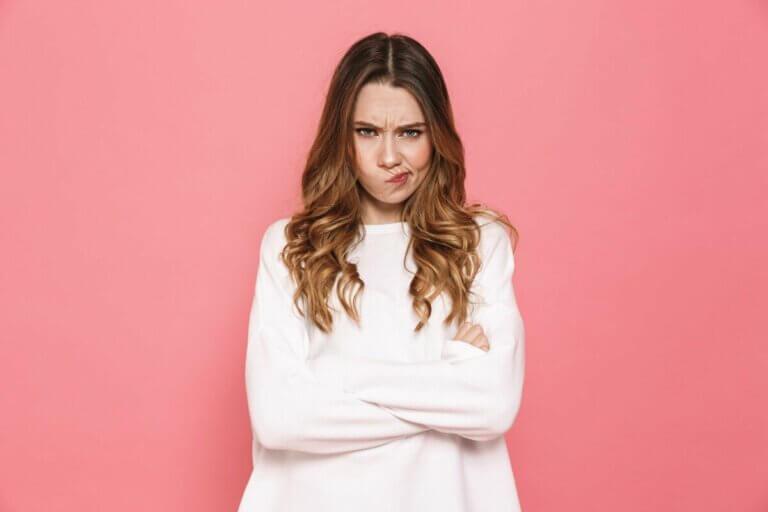 Une femme qui semble en colère.
