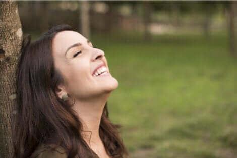 Une femme qui semble heureuse.