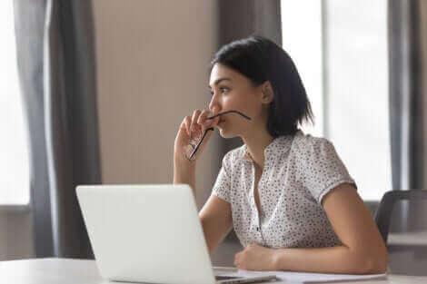 Une femme qui travaille sur l'ordinateur.