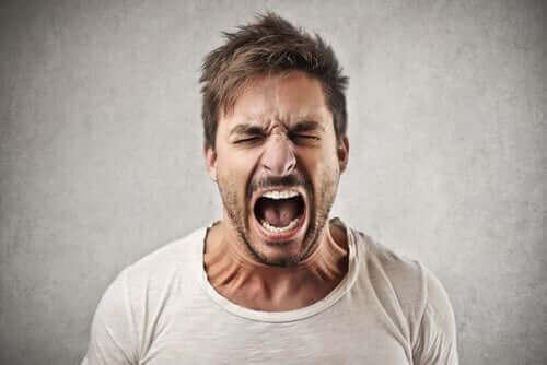 Homme en colère en train de crier.