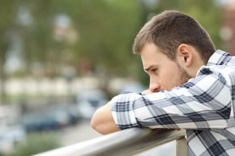Un homme qui semble triste.