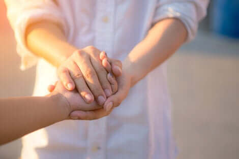 Main dans la main.