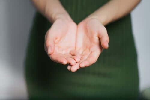 Les paumes des mains d'une femme.