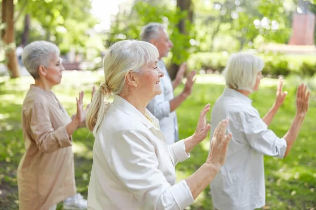 Des personnes pratiquant le qi gong.