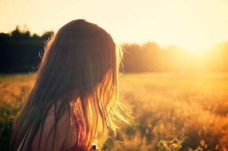 Une petite fille dans un champ.
