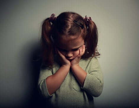 Une petite fille qui souffre du syndrome de déficience affective.