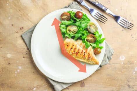Une petite portion de nourriture sur une assiette.