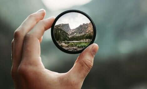 Le reflet d'un paysage dans un miroir.