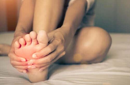 Syndrome des pieds brûlants : causes et traitements