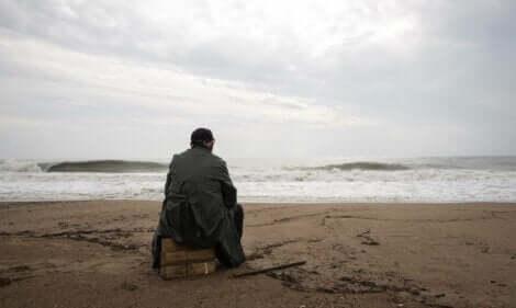 Un homme à la plage qui souffre du trouble de stress aigu.