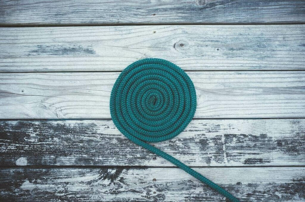 Une corde verte enroulée.