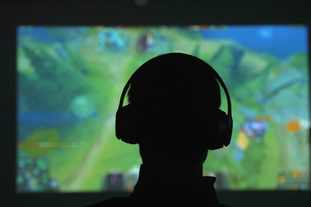 Un ado en train de jouer à des jeux vidéo.