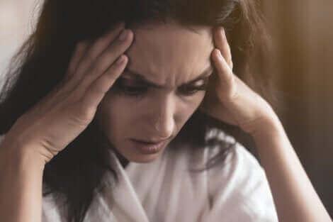 Une femme qui a une attaque de panique.