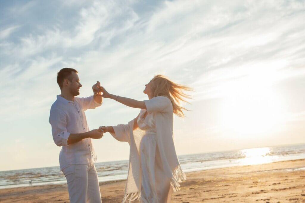 Un couple qui danse sur la plage.