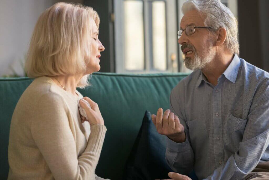 Un couple qui discute sur le canapé.