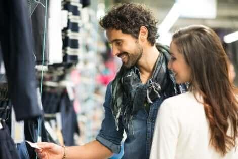 Un couple dans un magasin de vêtements.