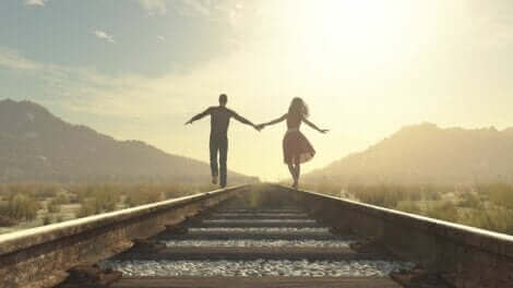 Un couple qui marche sur une rame de train.
