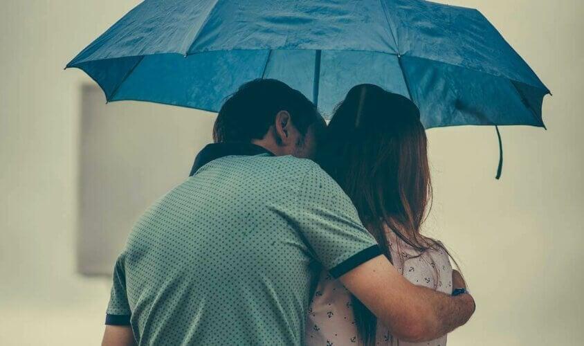 Un couple sous un parapluie.
