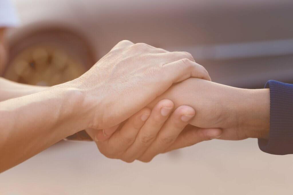 Deux personnes qui se serrent la main.