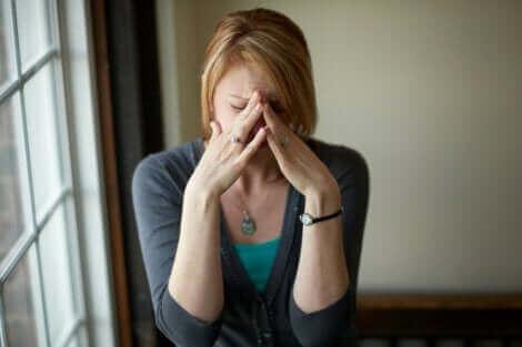 Une femme qui traverse une crise émotionnelle.