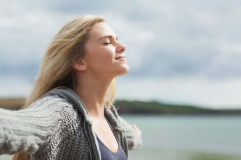 Une femme qui respire l'air pur.