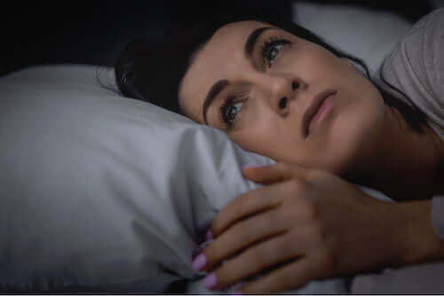 Une femme qui tente de dormir.