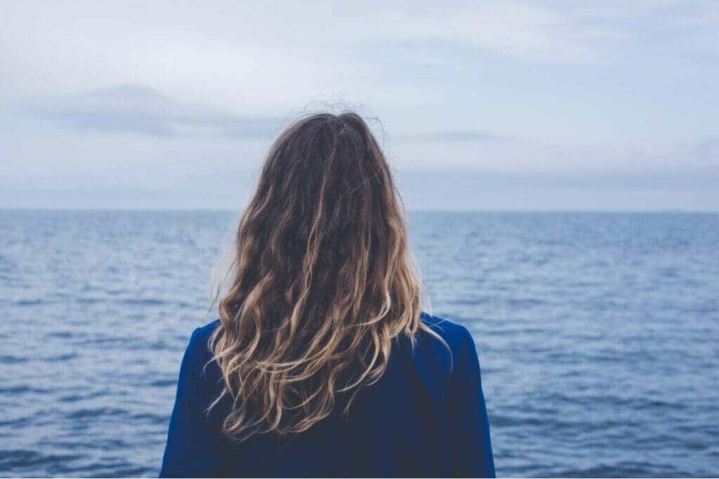 Une femme qui regarde la mer.
