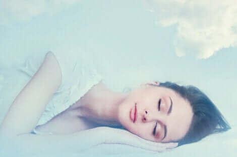 Une femme en train de rêver.