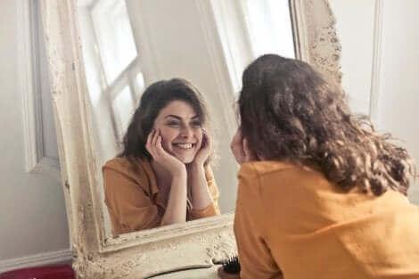 Technique juste pour aujourd'hui : une femme qui se sourit dans le miroir.
