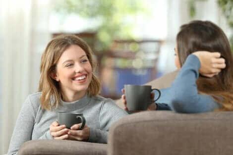 Deux femmes qui discutent sur le canapé.