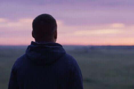 Un homme de dos qui observe un paysage.