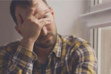 Un homme en proie au stress.
