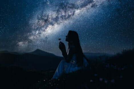 Une illustration d'une femme en pleine nuit.