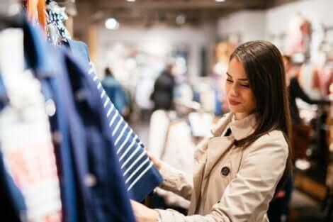 Une femme dans un magasin de vêtements.