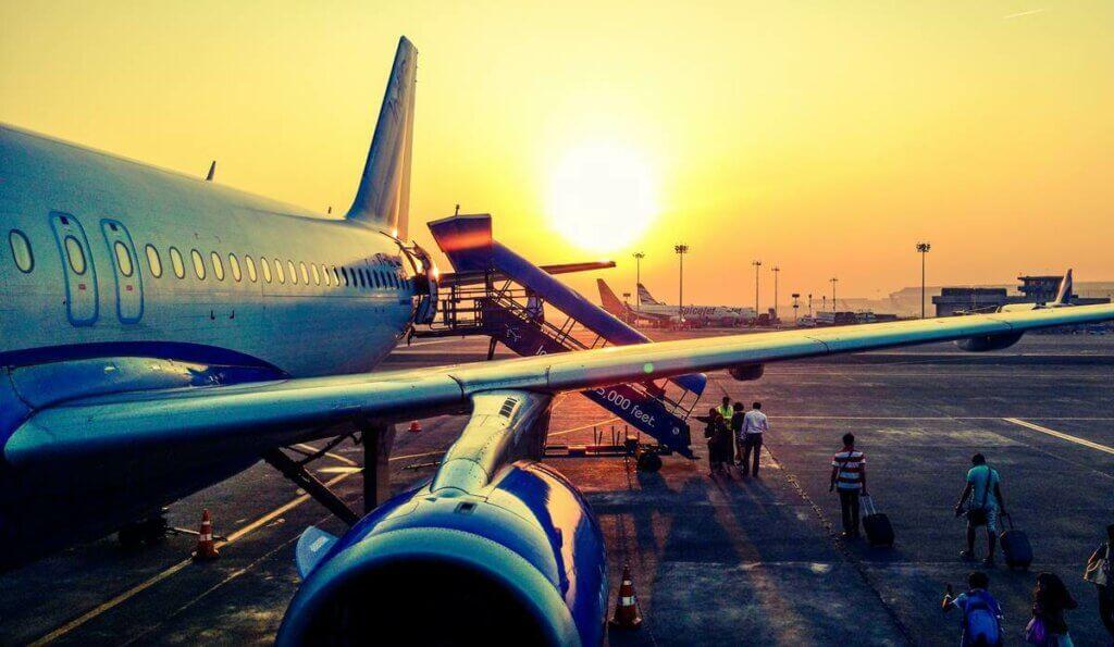 Des passagers qui montent dans un avion.