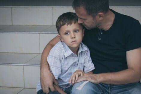 Un père et son fils enlacés.