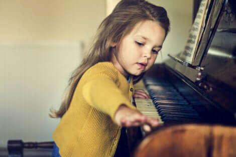 Une petite fille qui joue du piano.