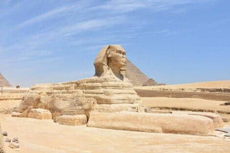 Une statue égyptienne.