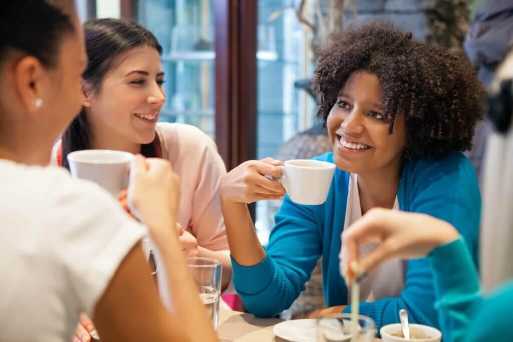 Des amies qui boivent un café.
