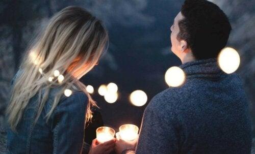 Un couple dans une ambiance romantique.