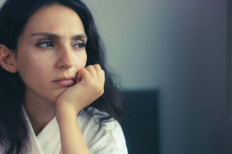Une femme qui éprouve différents sentiments.