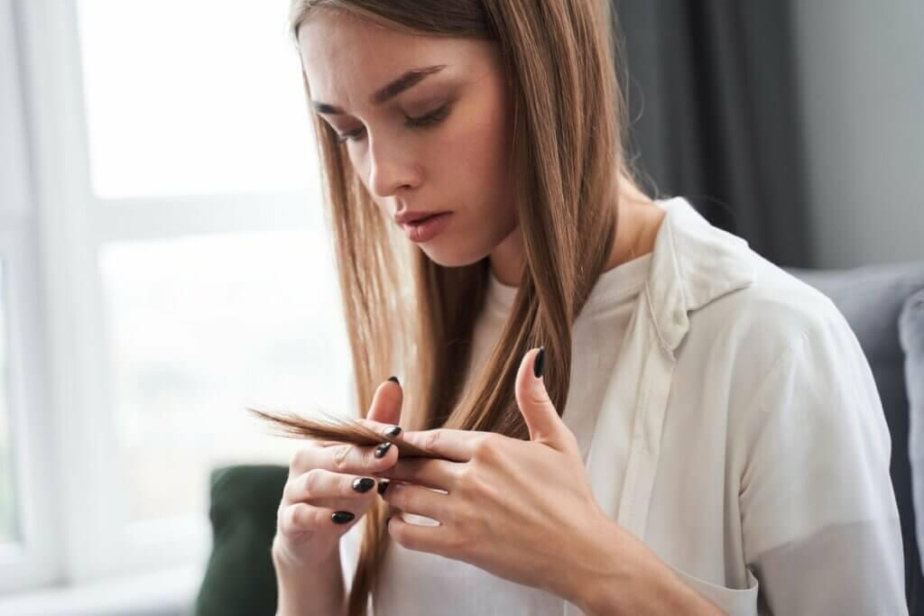Une femme qui envisage de se couper les cheveux.
