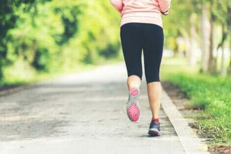 Une femme qui court à l'air libre.