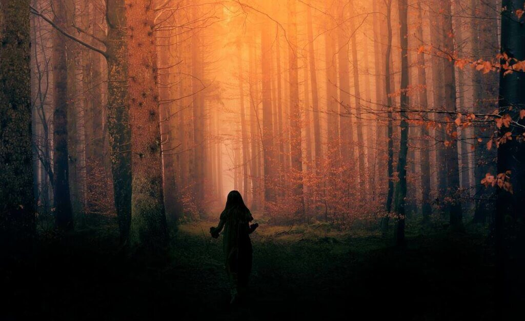 Une femme dans la forêt.