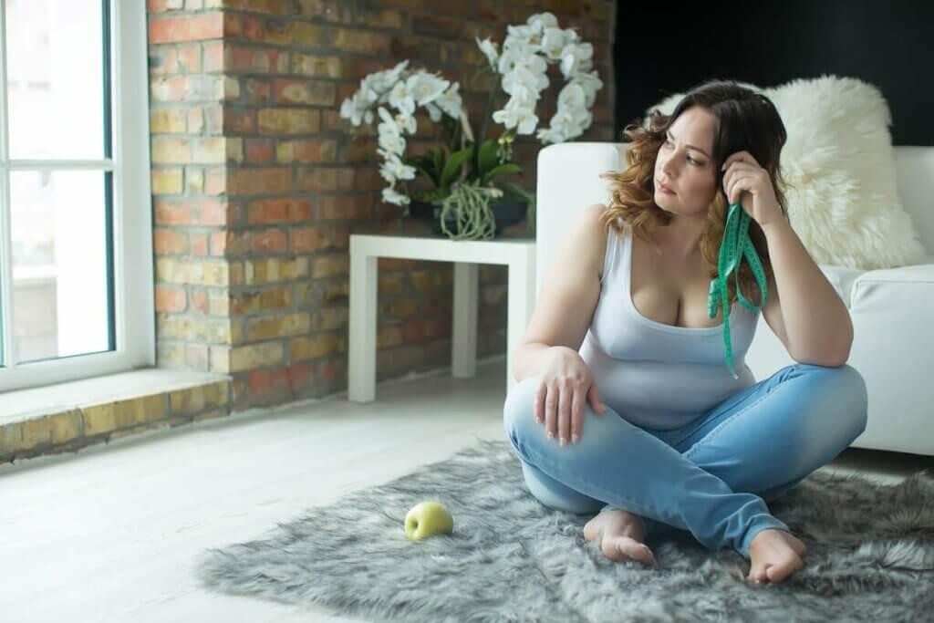 Une femme frustrée assise par terre.