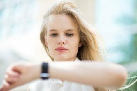 Une femme qui regarde sa montre.