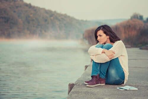 Une femme qui réfléchit à une décision à prendre.