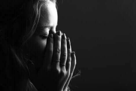 Une femme qui pleure une perte.