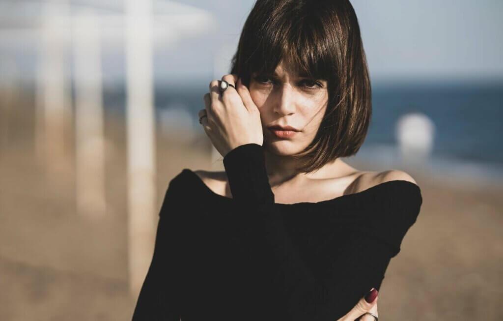 Une femme qui pose sur la plage.