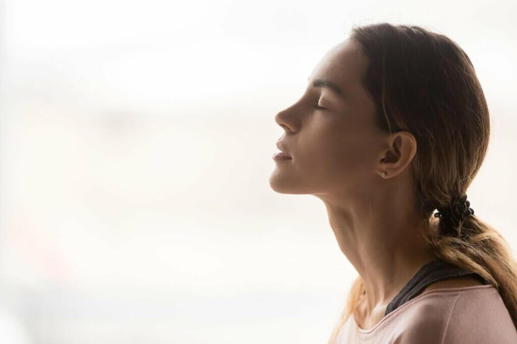 Une femme qui respire profondément.